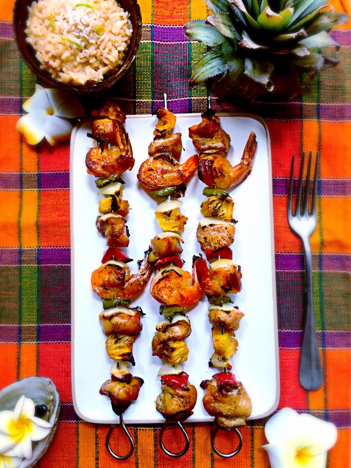 Brochettes de poulet, crevettes et ananas